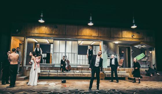 """Das Ensemble von """"Iwanow"""" im tristen Bühnenbild © Lupi Spuma"""