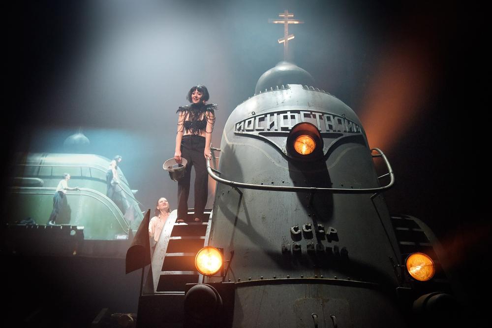 Hanna Plaßauf der wuchtigen Bühnenlok von Aleksandar   Denić  © Thomas Aurin