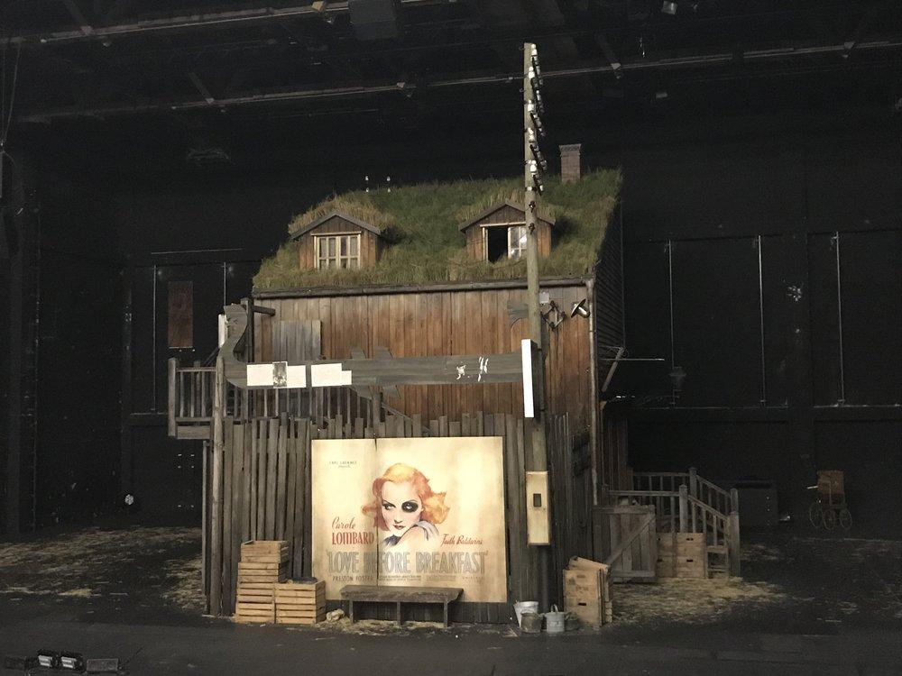 """Aleksandar Denićs """"Hunger""""-Bühnenbild auf der Pernerinsel bei Einlass © Martin Thomas Pesl"""