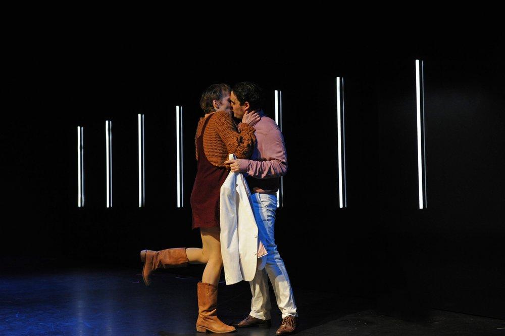 Lisbeth (Saskia Klar) nimmt Peter (Adrian Hildebrandt) auch ohne Herz © Helmut Walter