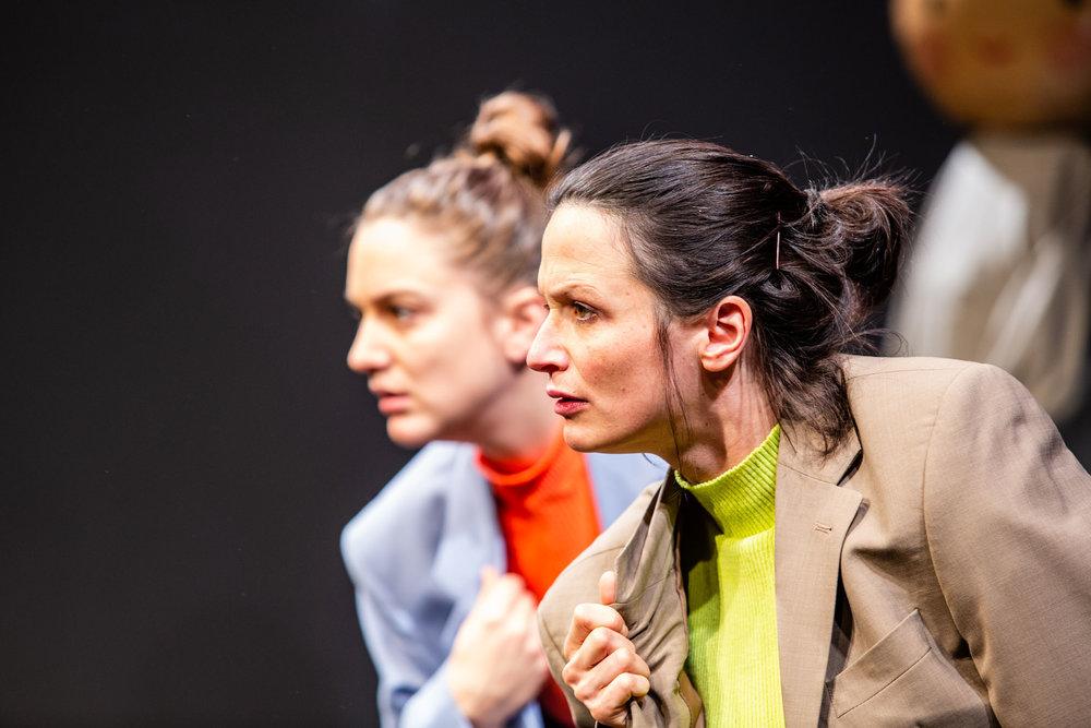 Alice Peterhans hinter Veronika Glatzner © Bettina Frenzel