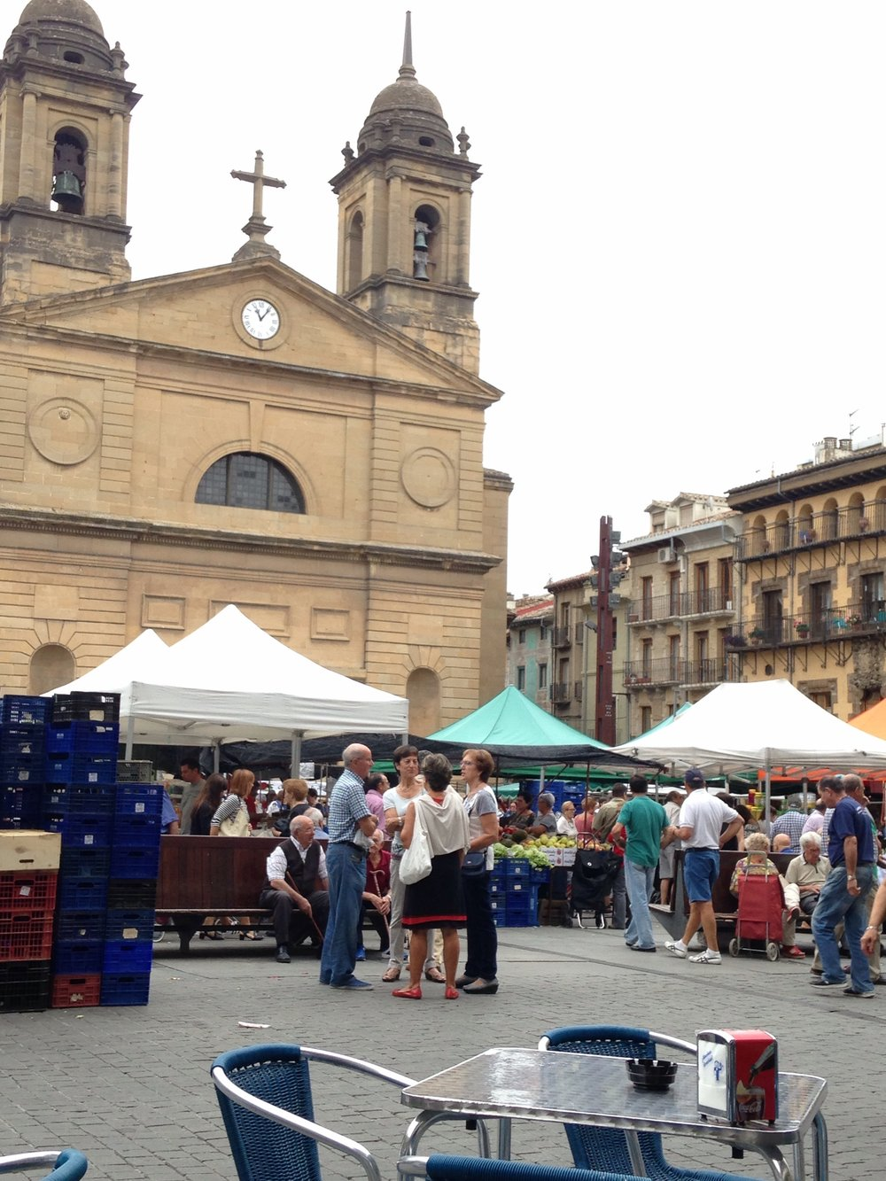 Arrived in Estella to find a farmers market outside my door.... Cooking in tonight