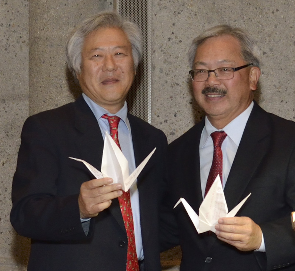 Consul General of Japan Masato Watanabe and San Francisco Mayor Ed Lee with their wishes