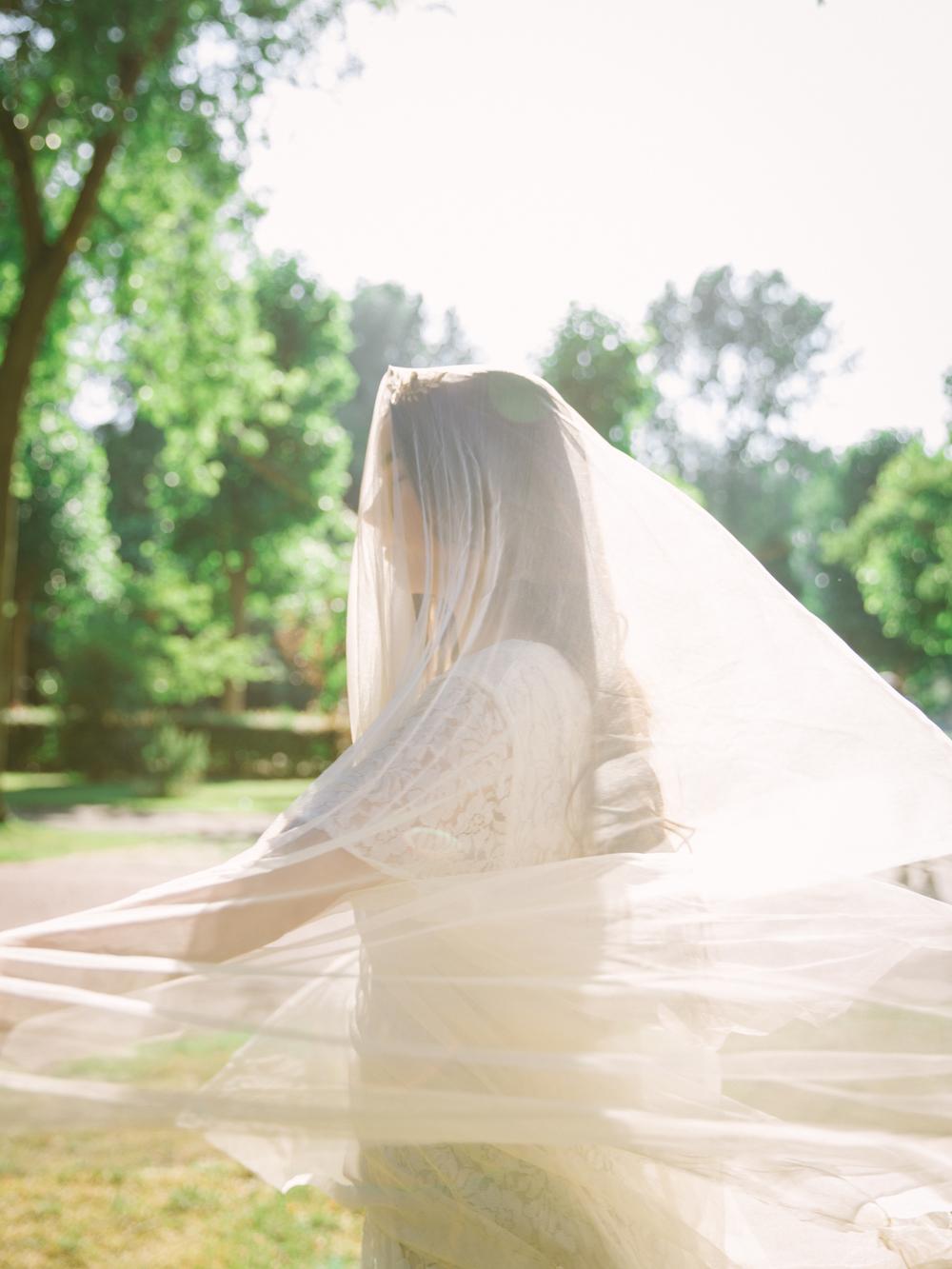 Romantisch zomer bruiloft inspiratie © CHYMO & MORE Photography