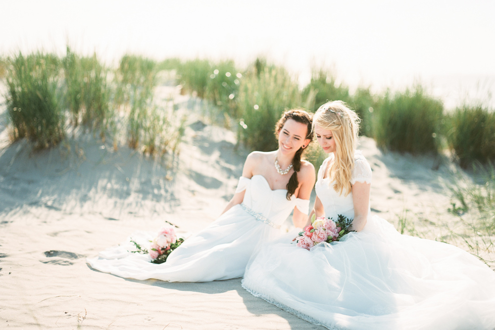 beautiful-beach-samesex-wedding-netherlands-pentax67-film