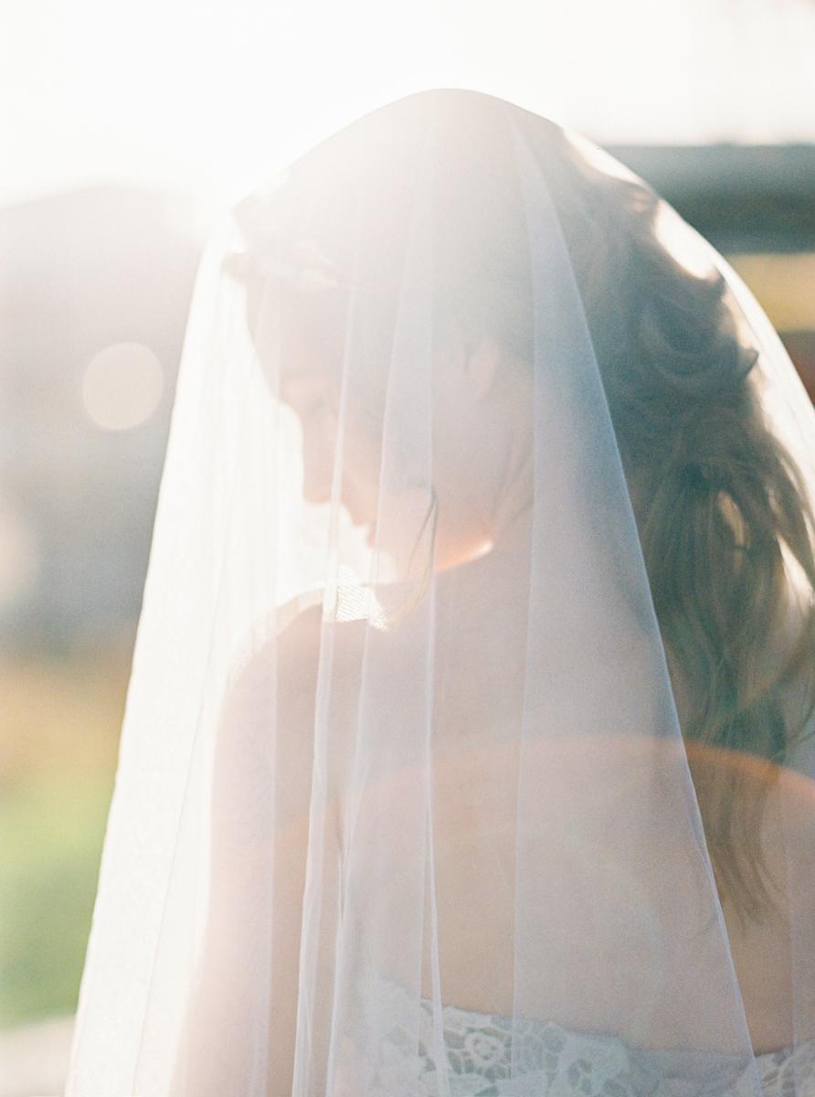 rustic_fine_art_bridal_portrait_with_veil_bruidsfotografie_amsterdam