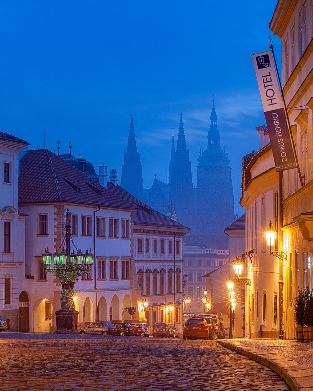 Fotografia uličky blízko Pražského hradu,    v ktorej nájdete niekoľko luxusných hotelov