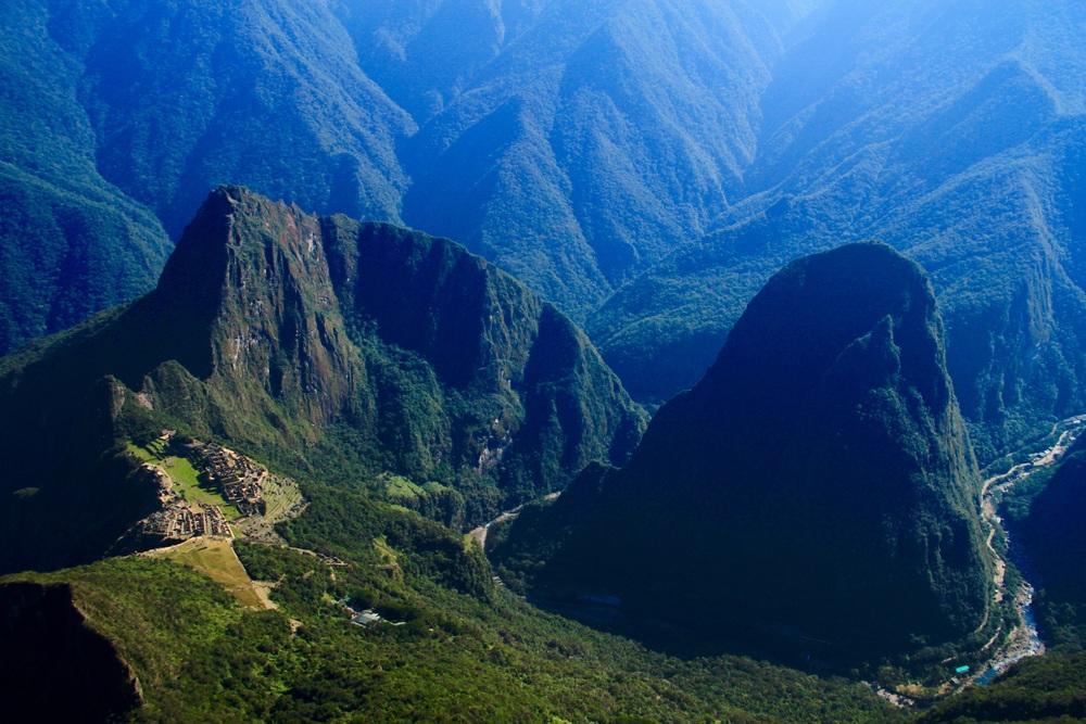 Da sinistra a destra il cammino di 18 km da Idra Elettrica ad Aguas Calientes, in basso a sinistra la città di Machu Picchu.