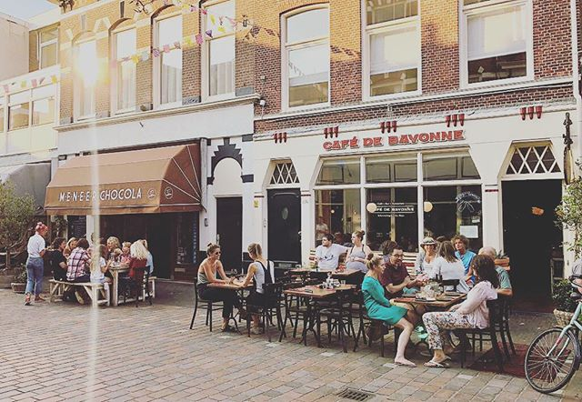 Welcome to Cafe de Bayonne! We love to make people happy with some tasty dishes and a cozy atmosphere to enjoy an evening out! Find us on the Kaizerstraat in the heart of Scheveningen!