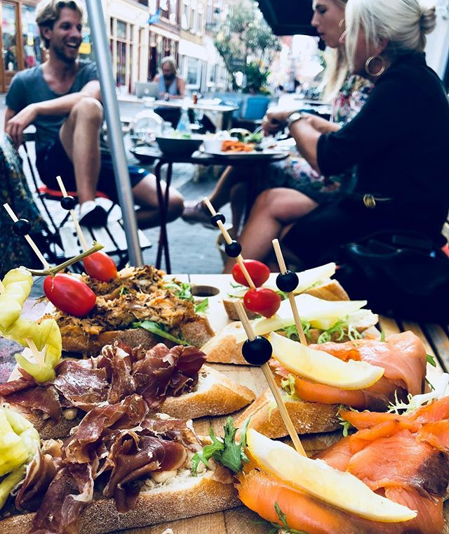Pintxos, San Miguel, friends and family and a lot of sunshine.. The best Wednesday evening feeling! ❤️ #pintxos #sanmiguel #bayonne #tapas #wine