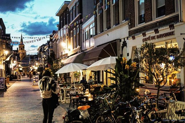 Evening lights on the Kaizerstraat... Slowly moly our spare ribs get cooked for TONIGHT!🥩🍷🍴 Come and join us! 15€ p.p