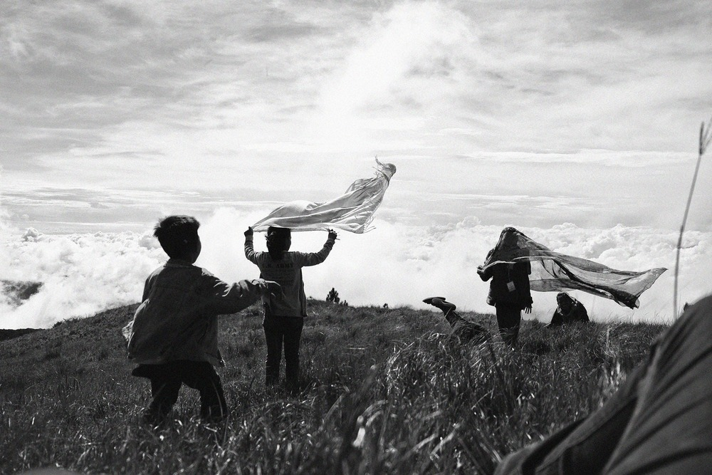 Ikalahan children playing at the peak of Mount Pulag. At 2,229 metres above sea level, it is know the be the third highest mountain in the Philippines. Mount Pulag, Kabayan Benguet.