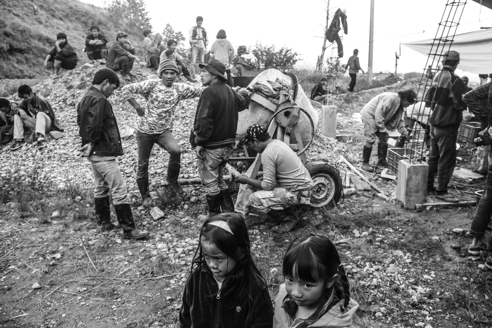 Ikalahan men while on their break. A house was being constructed during this time. Babalak Village, Kabayan, Benguet.