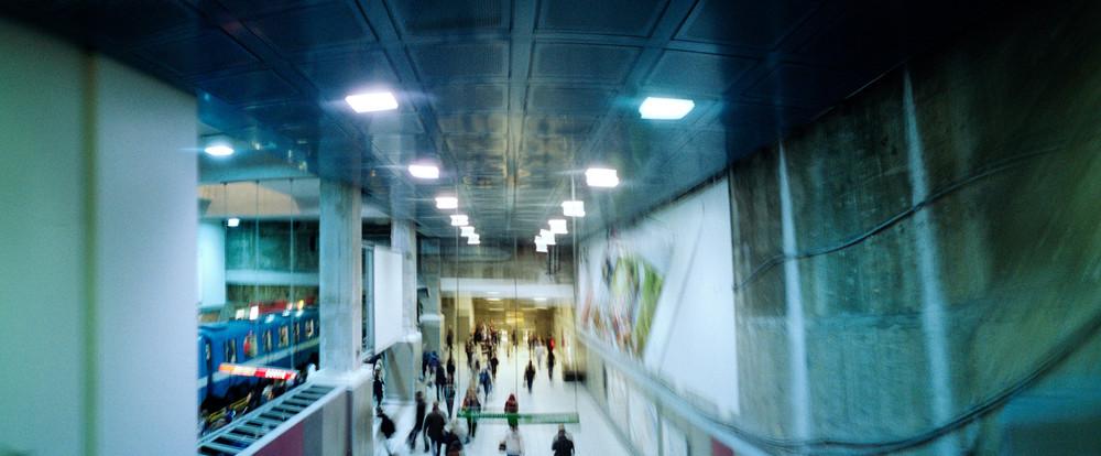 Horizon Experiment est une exploration du mouvement dans le métro de Montréal, réalisée dans le cadre d'un livre expérimental en collaboration avec Shoot Studio.  Les images on été créées avec un Horizon, un appareil argentique qui possède un objectif qui balaye la scène pour créer un panoramique. En combinant le mouvement de la lentille avec une pause longue, le déplacement de mes sujets ainsi que mon propre déplacement, j'obtiens des images surréalistes aux perspectives trompeuses.  Les images n'ont pas été retouchées. Kodak portra 800, négatifs scannés numériquement.