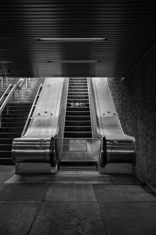 """Cette série se concentre sur le réseau du métro de Montréal. Espace public par excellence celui ci est particulièrement visé par ce que la STM qualifie de """"dégradations"""".Ce point de départ se révèle être en fait un prétexte pour aborder sous un angle différent l'architecture des lieux.  Réalisé à Montréal entre 2011 et 2012."""