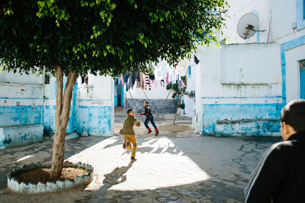 Traverser l'Afrique de l'Ouest en camion pour aller à la découverte de quatre pays : le Maroc, la Mauritanie, le Mali et le Burkina Faso. Un voyage où l'on prend le temps d'aller doucement, de sortir des pistes et de dormir à la belle étoile. Un carnet de route où la photographie est abordée comme un moyen d'échange et de rencontre, laissant toute la place à l'Humain.  Projet personnel.