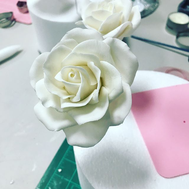 Had a fantastic sugar Rose class today with some wonderful students. Their Roses turned out amazing and so glad they were excited to go home and make more! Looking forward to my next class on August 4th! Signup info in my bio 💜! #sweetlittlemorsels #sugarroses #sugarflowerclass . . . . . . #handmade #cakedecorating #cakeclass #cakestagram #artist #sugarflowers #instagood #inspire #inspired #teacher #learn #cake #gumpaste #gumpasteflowers #northernvirginia #franscakeandcandy