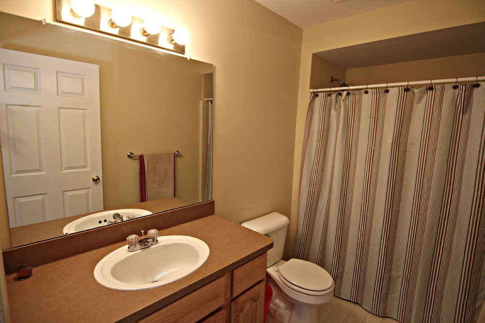 Arlene Ln Upper Full Bath.jpg