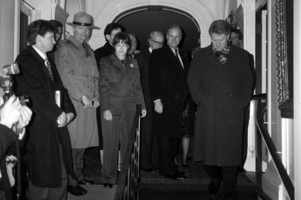 Franceska Macsali-Urbin guides President Clinton through the Home of FDR.