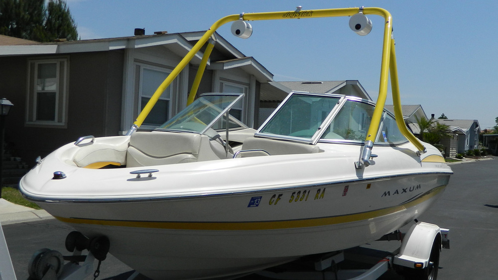 Yellow wakeboard tower on a 2003 Maxum 1800 sr