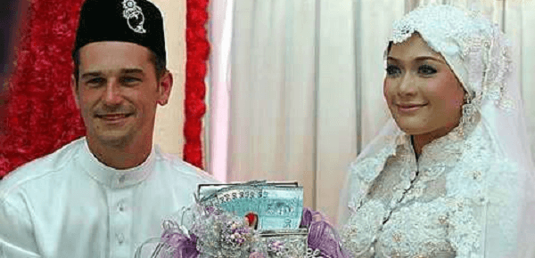 One Night: A Malaysian Wedding, aired on the Asian Food Channel, showcased the lavish wedding between Chef Wan's daughter, Serina (right) and Englishman O'Luanaigh