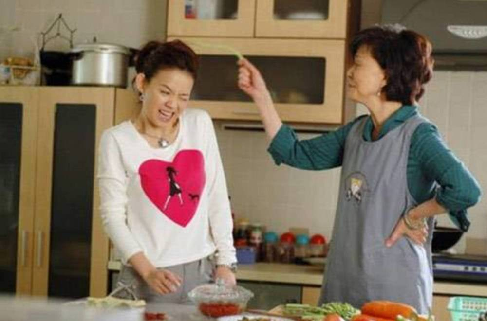 10-mother-in-law-behaviours-that-deserve-your-respect-doesnt-criticise-cooking