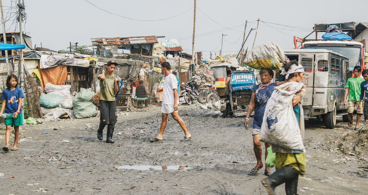 A-walk-through-the-slums-of-manila-philippines-6