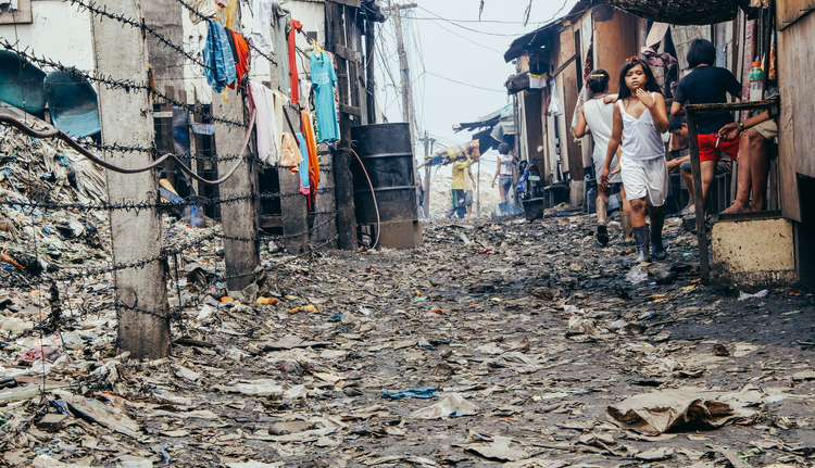 A-walk-through-the-slums-of-manila-philippines-11