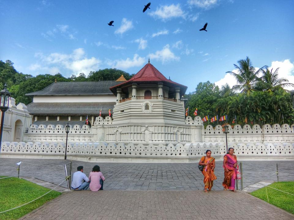 9-iconic-places-to-visit-in-sri-lanka-for-first-time-visitors-temple-of-tooth