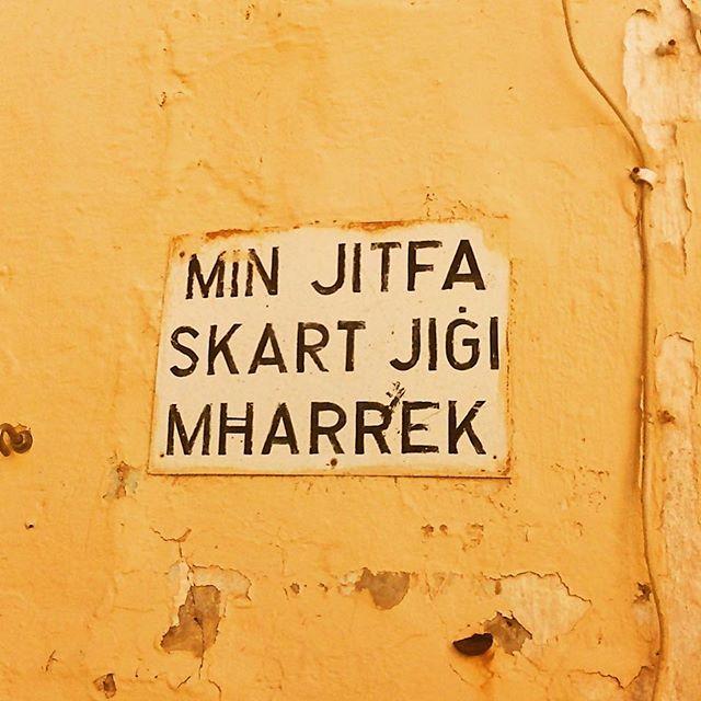 """Maltesiskt chiffer som i direkt översättning ungefär betyder """"Mitt mod känner inga gränser"""" #maltakunskap #chiffer #manlärsignågotnyttvarjedag"""