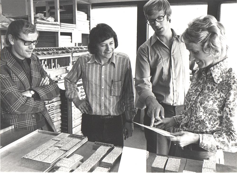 1973: Kvinnheringen vart produsert i bly dei første åra. Redaktør Torfinn Myklebust, typograf Odd Persson, utgjevar Kristian Hus og kontordame Solveig K. Helgeland Hus i munter passiar i nytt avishus.