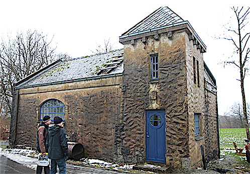 Det første kraftverket på Valen vart bygd i 1910. No får det nytt tak og nye bjelkar. (Foto: Ann Steindal)