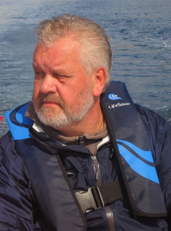 Herbjørn Jakobsen er ansvarleg for myntklubben si Facebook-side. Kåre Nedrevåg er leiar i klubben.