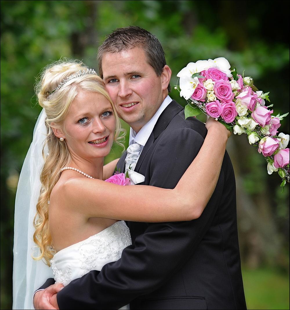 Kjersti Skeie Nygård og Oddmund Hjelmeland, gifta seg i Kvinnherad kyrkje 30.08.14. (Foto: Atle Helland)