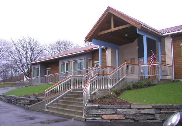 Eldre som treng hjelp med hus og heim, flyttar gjerne til mindre bufellesskap. Dette er Teiglandshagen bufellesskap på Bømlo. (Illustrasjonsfoto).