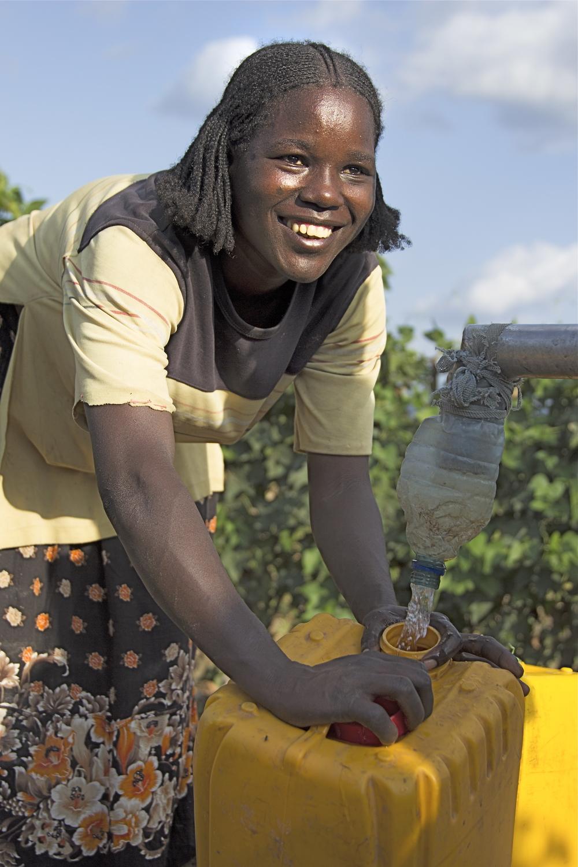 For etiopiske Koite Ormalley (25) vart ein draum sett ut i livet då Kirkens Nødhjelp bygde ein brønn fem minuttar unna huset hennar. (Foto: Laurie MacGregor/Kirkens Nødhjelp)
