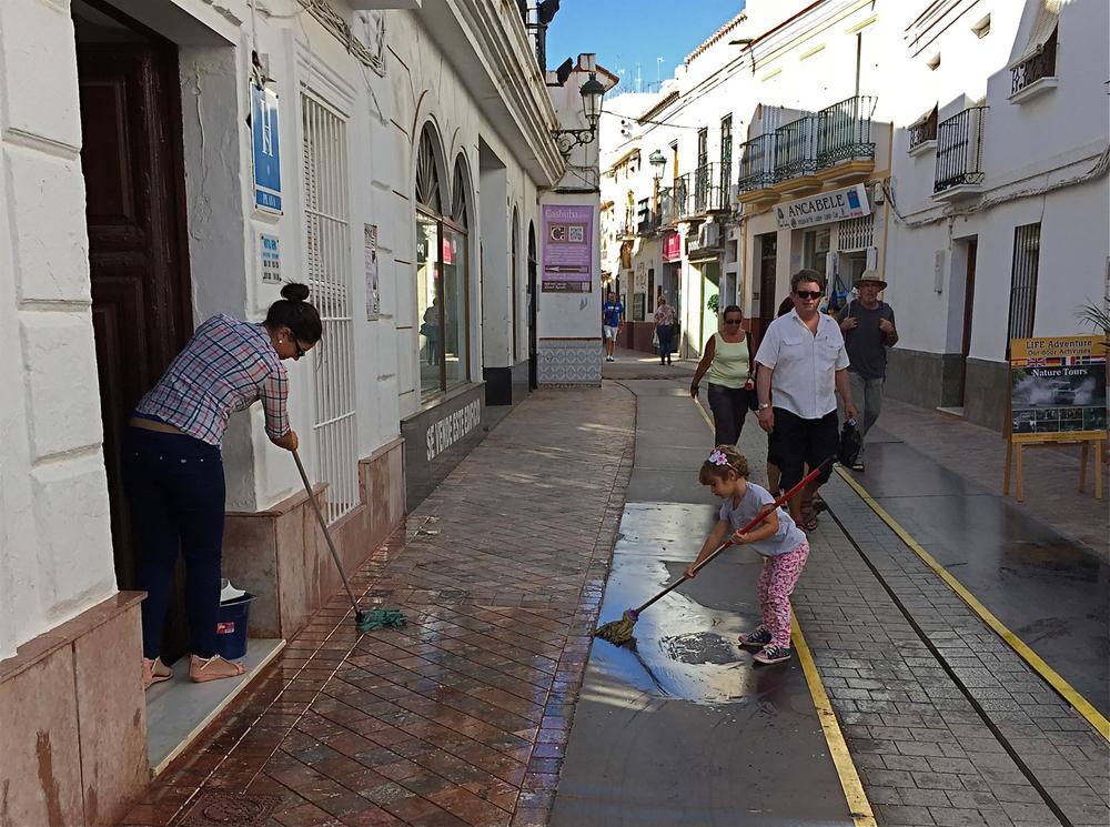 """""""Ein skal tidleg krøkjast, om god krok skal bli"""" heiter eit gammalt ordtak. Denne vesle jenta i Nerja hjelper i alle fall til med å halda gata rein. Men det kan vel neppe kallast barnearbeid?"""