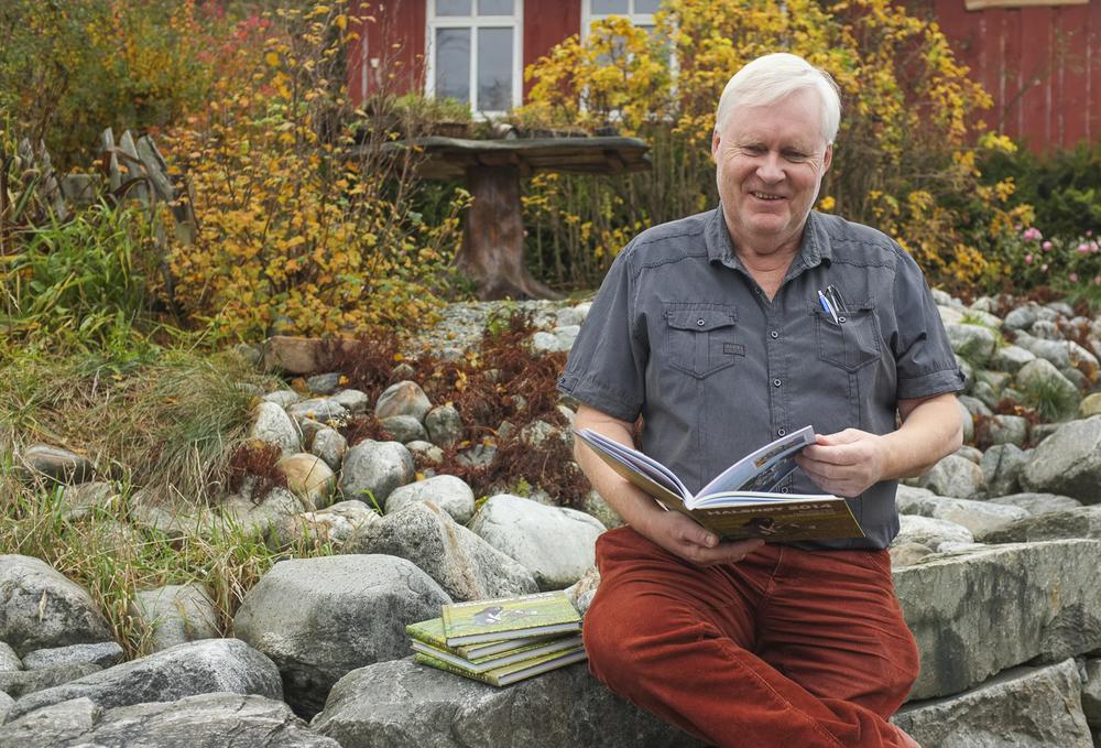 Forfattar og utgjevar Arne Gjerde med trykkvarme bøker fulle av nye Halsnøy- og Fjelberg-glimt.