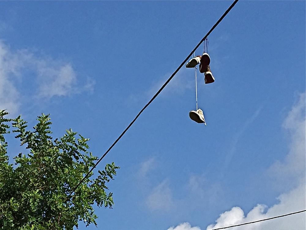 Når ein først går skoa av seg, er det like greitt å hengja dei til tørk med det same. Fleire stader langs det gamle elveleiet mellom Nerja og Friligiana finn vi slike opphengde sko på leidningane, kanskje for å visa at vi er på rett veg.