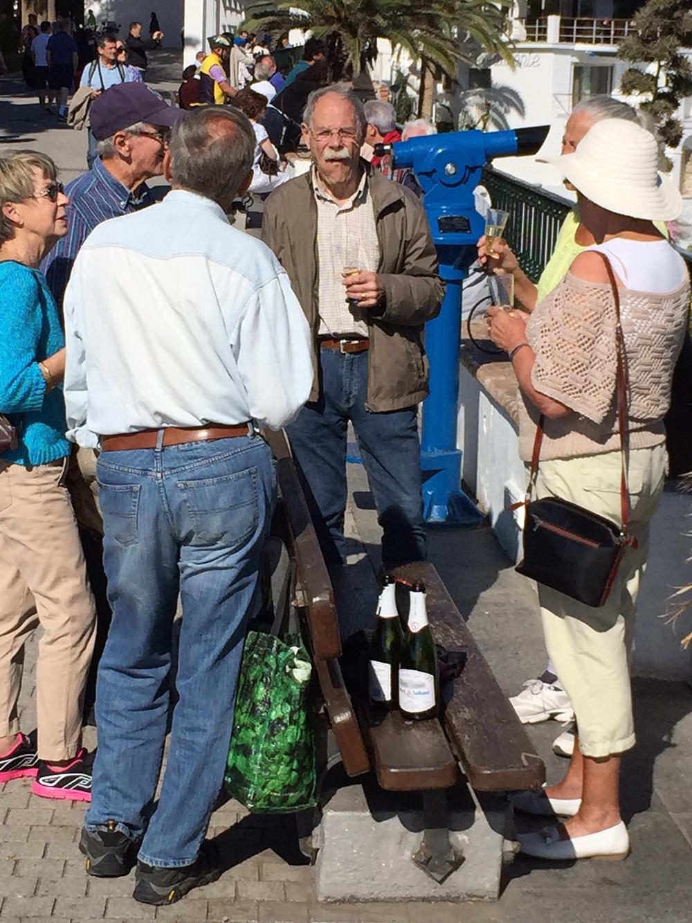 Det går an å ta seg eit glas vin på offentleg stad, ser det ut til.