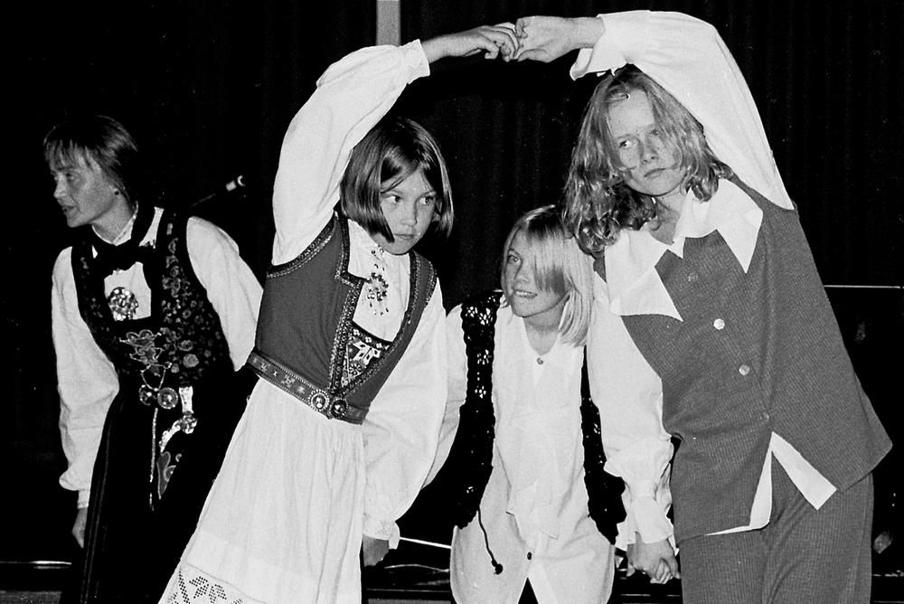 Dansegruppa i Rosendal Ungdomslag opptredde under kulturdagane på Husnes i oktober 1994. (Foto: Geir Remme)