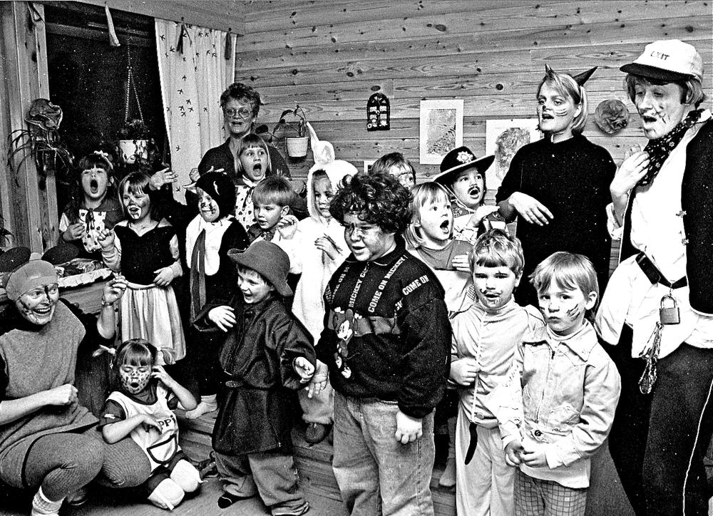 I mars 1994 var det karneval i Undarheim barnehage på Husnes. Nokon som kjenner seg att? (Foto: Geir Remme)