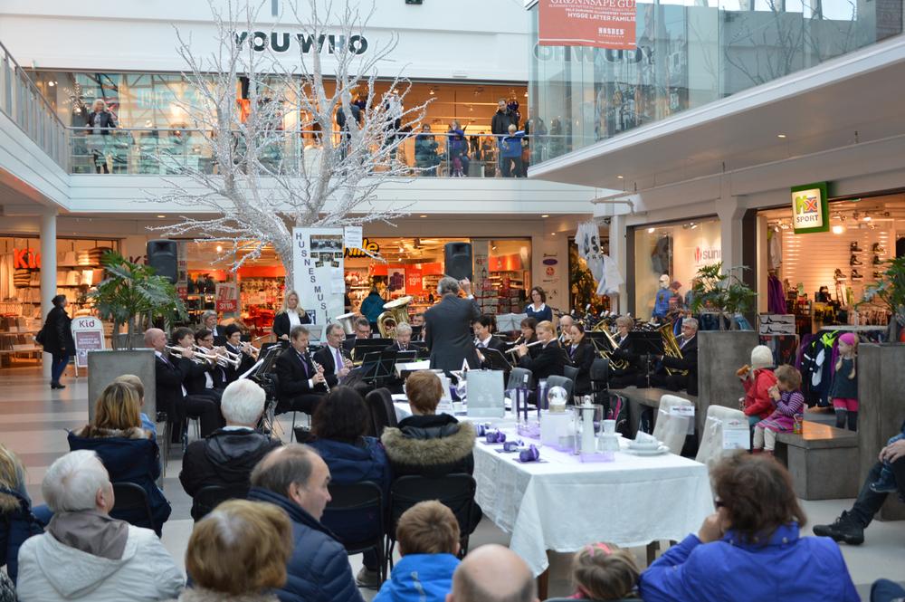 Knapt fem veker før jul vart juletreet tent i Husnes Storsenter med ulike aktivitetar og underhaldning. Dette biletet er frå laurdag då Husnes Musikklag heldt konsert der.