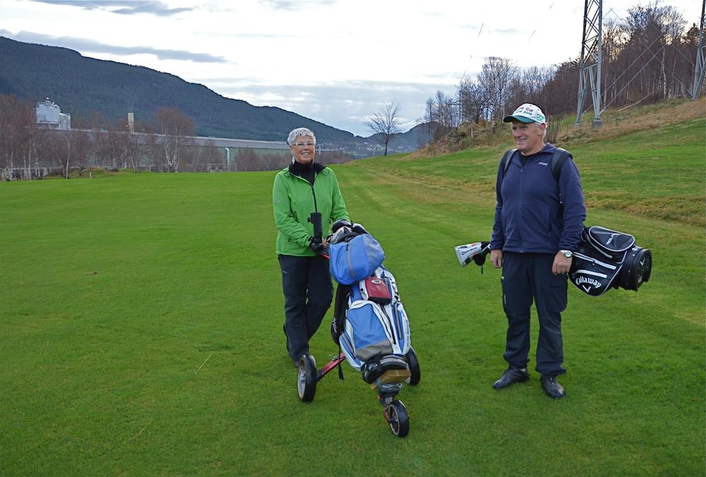 Vi nærmar oss jul og vinter, men det bryr visst ikkje Aslaug og Frode Knutsen frå Herøysundet seg noko om. Dei går sine vante turar på den fine og grøne grasmatta på Husnes golfbane så ofte dei kan, ja, mange gonger i veka, etter det vi forstår. Men snart kjem snøen og legg sitt kvite teppe over golfbanen, og då spørst det kva dei to golf-entusiastane vil finna på…