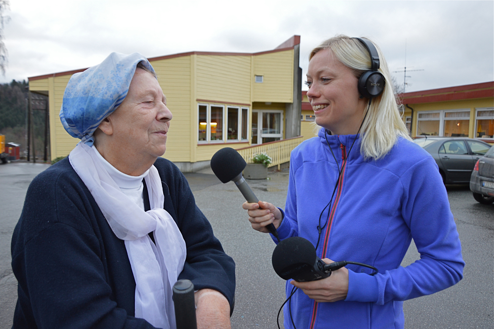 Olaug Spissøy Kyvik frå Fenris Film intervjuar Mildrid Hartveit på Varaldsøy aldersheim.