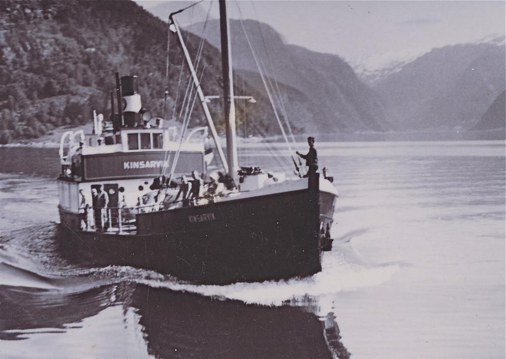 MS «Kinsarvik» var den første båten HSD fekk bygd med tanke på bilføring. Fartyet vart bygd ved Gravdal skipsbyggeri og Trelastforretning på Sunde.