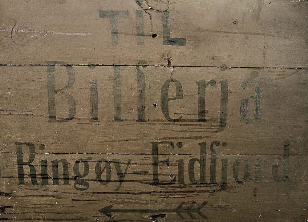 Dette er truleg det første skiltet i Hardanger som viste veg til ein ferjekai. Skiltet er frå rundt 1929, og er i dag i privat eige.