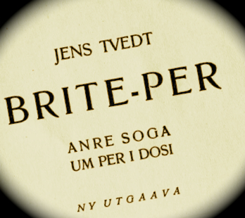 Forteljinga tar utgangspunkt i Jens Tvedt sine romanar Vanheppa og Brite-Per.