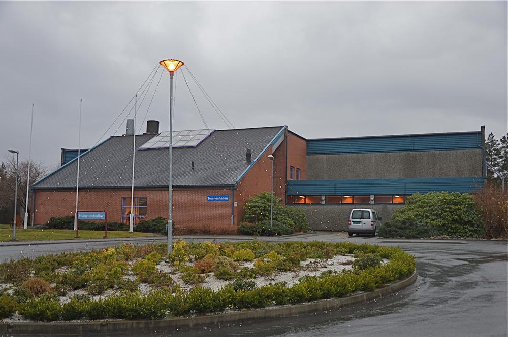 Kapasiteten i Husneshallen er fullt utnytta og meir enn det. No vil fleirtalet i kommunestyret byggja hall nummer to.