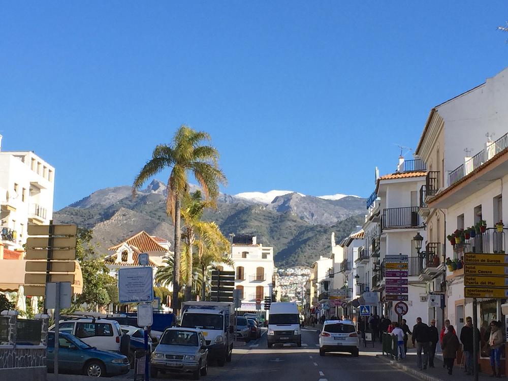 Palmetrea fortel oss at vi er langt sør i Europa, men i fjella ovanfor Frigiliana i Spania kan det enno koma snø om natta.
